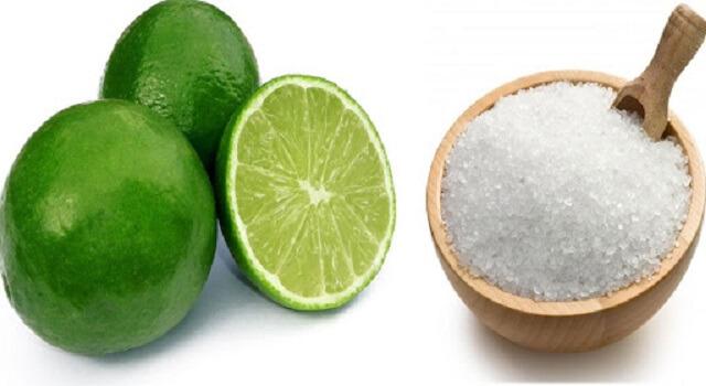 Chanh và muối là 2 nguyên liệu có tác dụng làm sạch nhớt trên da cá rất tốt