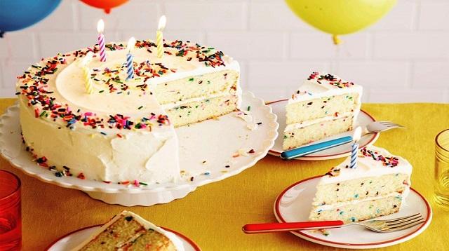 Trang trí phần kem vừa làm lên bánh sinh nhật để hoàn thành